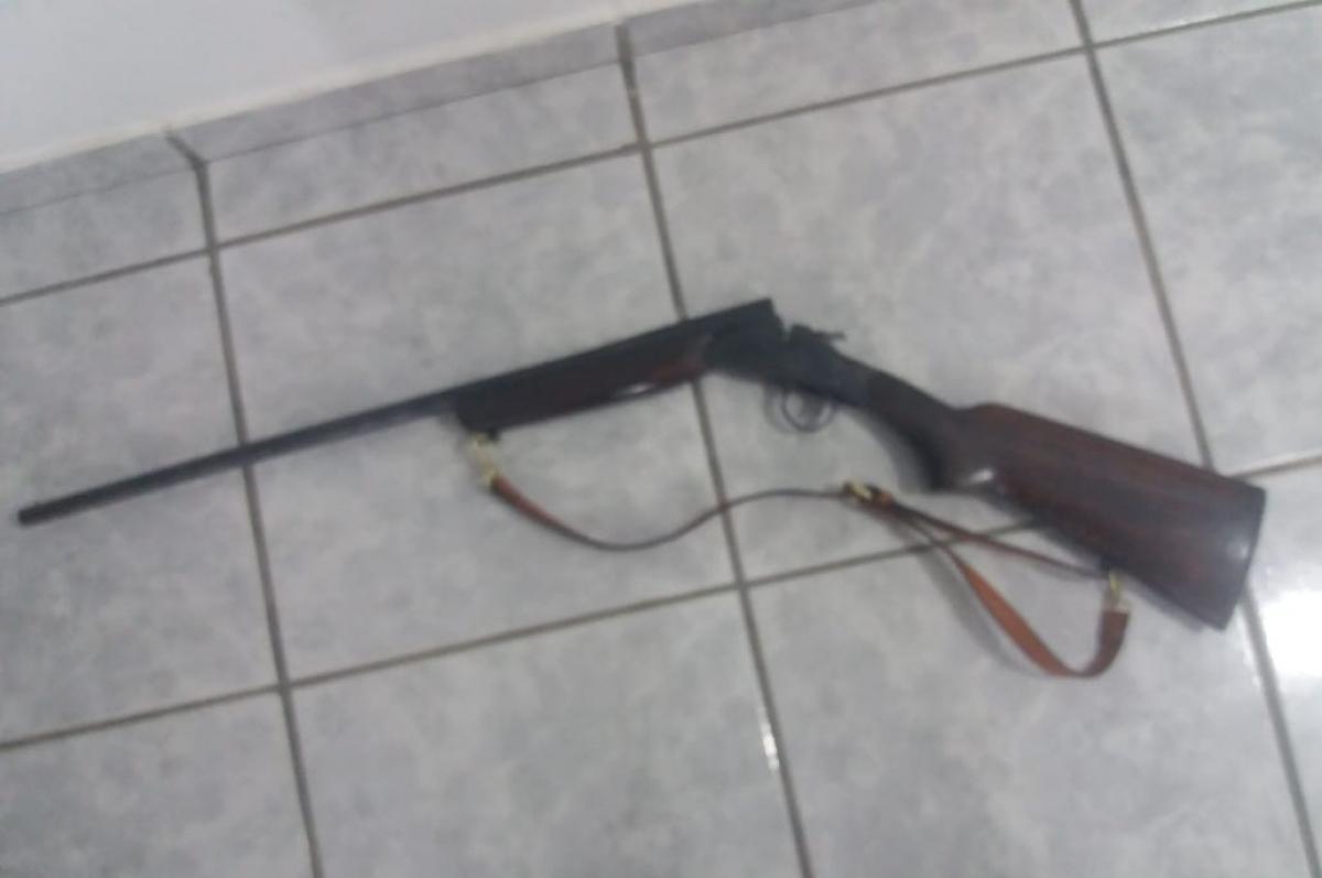 Arma usada para o crime foi encontrada na residência - Polícia Militar/Divulgação