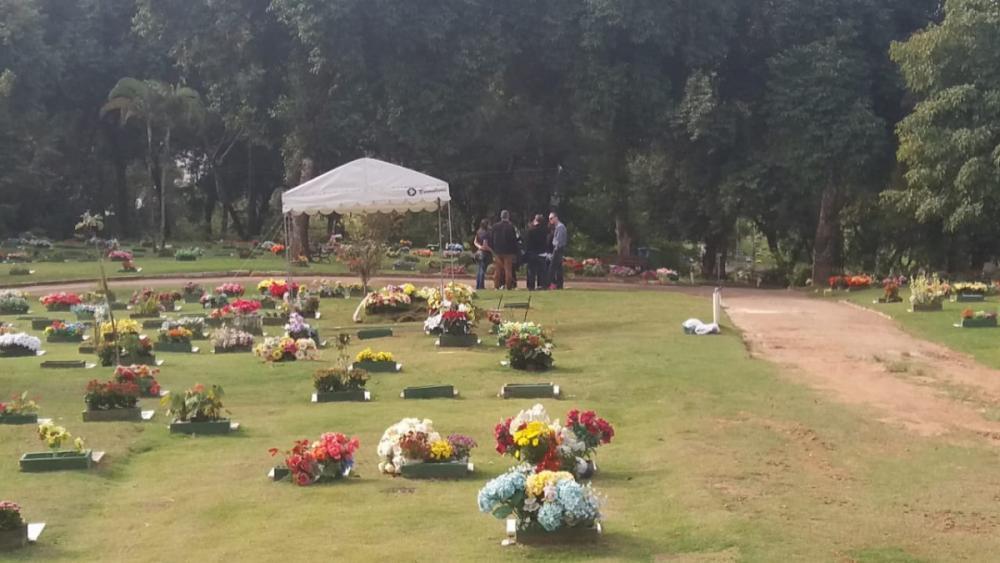 Enterro de vítimas da chacina foi realizado no Cemitério Jardim da Paz, em Florianópolis - Cristiano Rigo Dalcin/ND