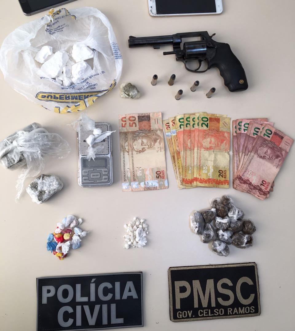 Drogas, arma, munições e dinheiro foram apreendidos durante a operação - Polícia Militar/Divulgação/ND