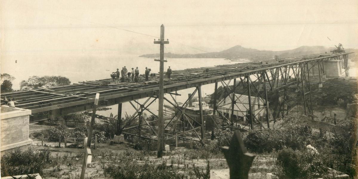 Foto registrada de cima de uma sepultura do cemitério municipal. Repare na cruz à esquerda - Acervo Marcelo Blreggi/Divulgação/ND