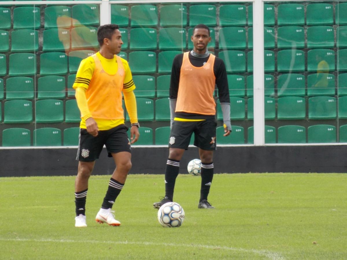 Jorge Henrique, com a bola, deve voltar ao time titular nesta terça - Figueirense FC/divulgação