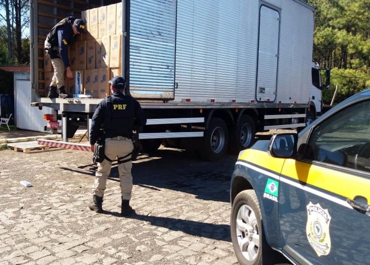 Dentro do baú do caminhão foram encontradas 740 caixas de cigarros - PRF/Divulgação/ND