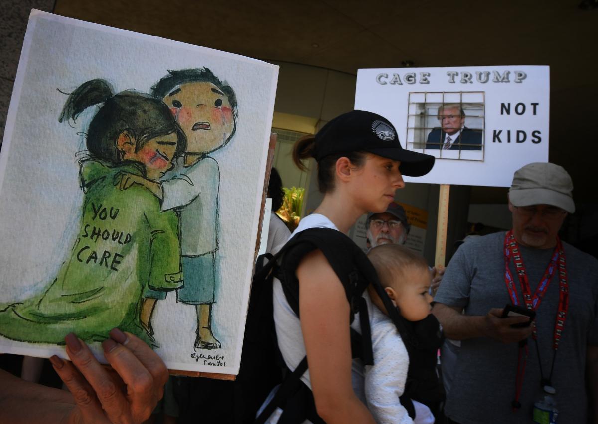 Protesto contra a detenção de crianças, realizado por manifestantes do lado de fora de um dos abrigos americanos, em Los Angeles - Mark Ralston/AFP/Divulgação/ND