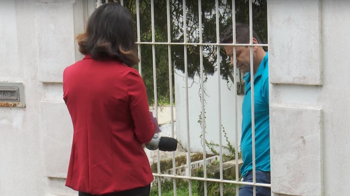 Depois de alguns minutos de espera na frente da residência, o pai de Renato Openkoski, foi ao portão e conversou com a repórter - RICTV Record/Reprodução/ND