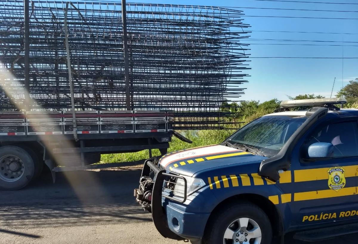 Caminhão transportava barras de ferro projetadas cerca de um metro e meio para fora da carroceria - PRF/Divulgação/ND