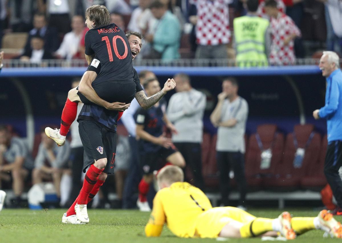 O abraço de Modric em Mandzukic após a vitória sobre os ingleses - Fotoarena/Folhapress/ND
