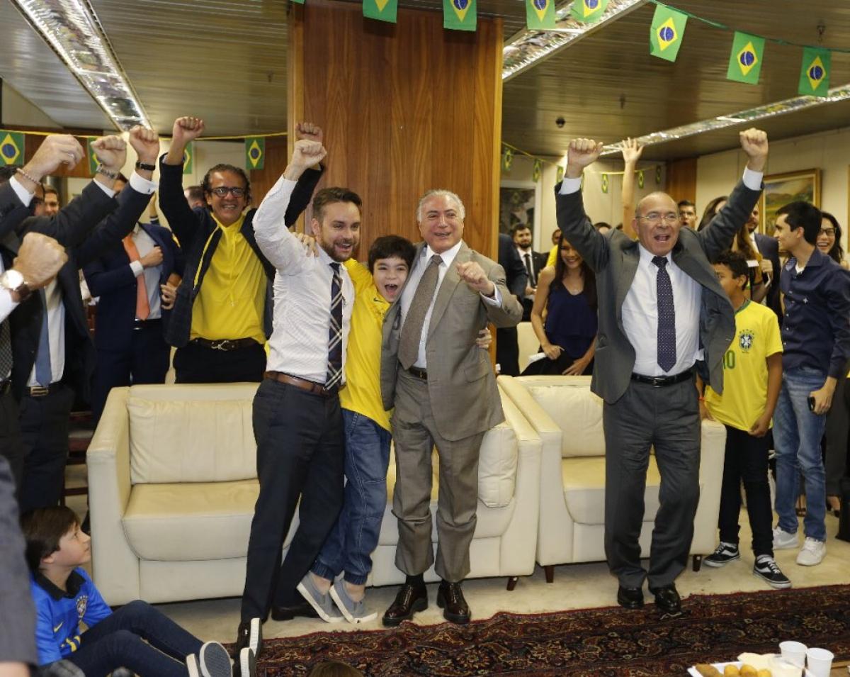 Temer comemorou a vitória da seleção da Subchefia de Assuntos Jurídicos, no anexo do Palácio do Planalto - Twitter Michel Temer/Reprodução/ND