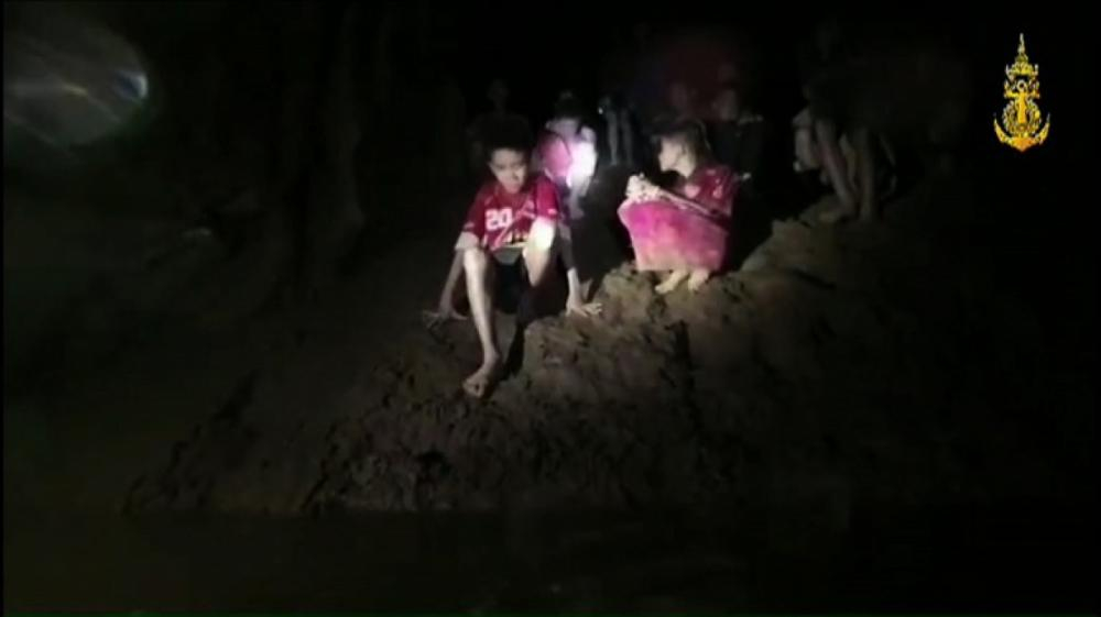 Meninos e técnico de futebol estavam desaparecidos há nove dias em um complexo de cavernas - HO / ROYAL THAI NAVY / AFP