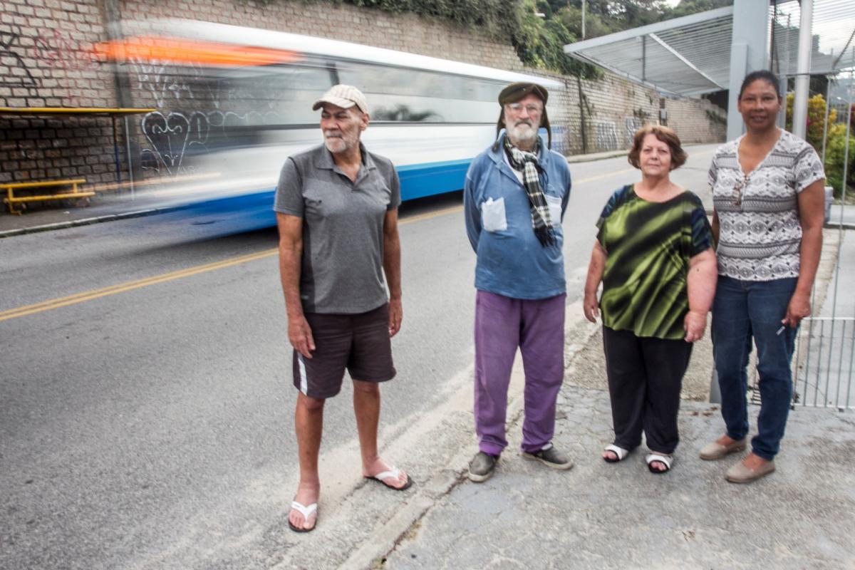 Paulo (à esq.), José, Célia e Hilda pedem instalação de lombada ou redutor de velocidade na rua Jerônimo José Dias - Marco Santiago/ND