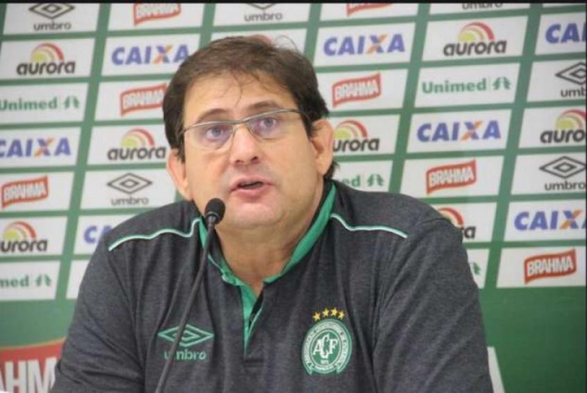 Guto Ferreira corrige falhas no setor defensivo da Chapecoense (Foto: Chapecoense/Site oficial)
