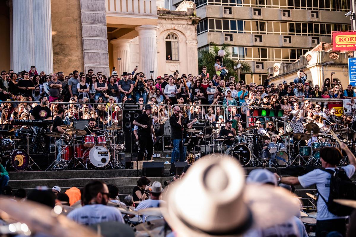 Público lotou os arredores da Catedral para assistir ao show - Tóia Oliveira/Divulgação/ND