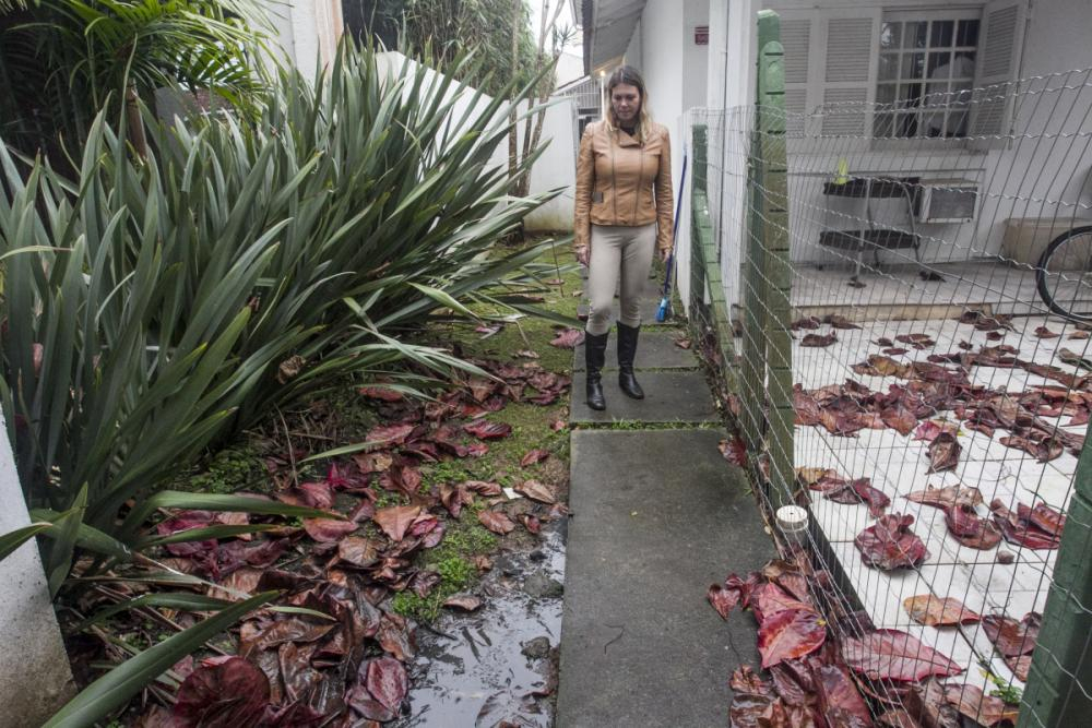 Moradora tem esgoto a céu aberto depois que fossa séptica estourou. - Foto: Marco Santiago/ND