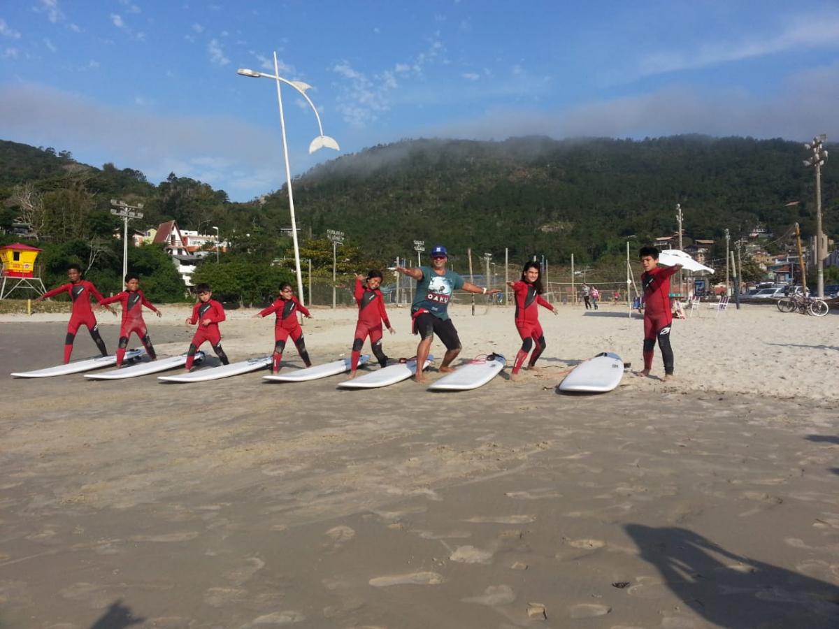 Alunos aproveitam projeto para aprender sobre o surfe dentro e fora da sala de aula - PMF/Divulgação