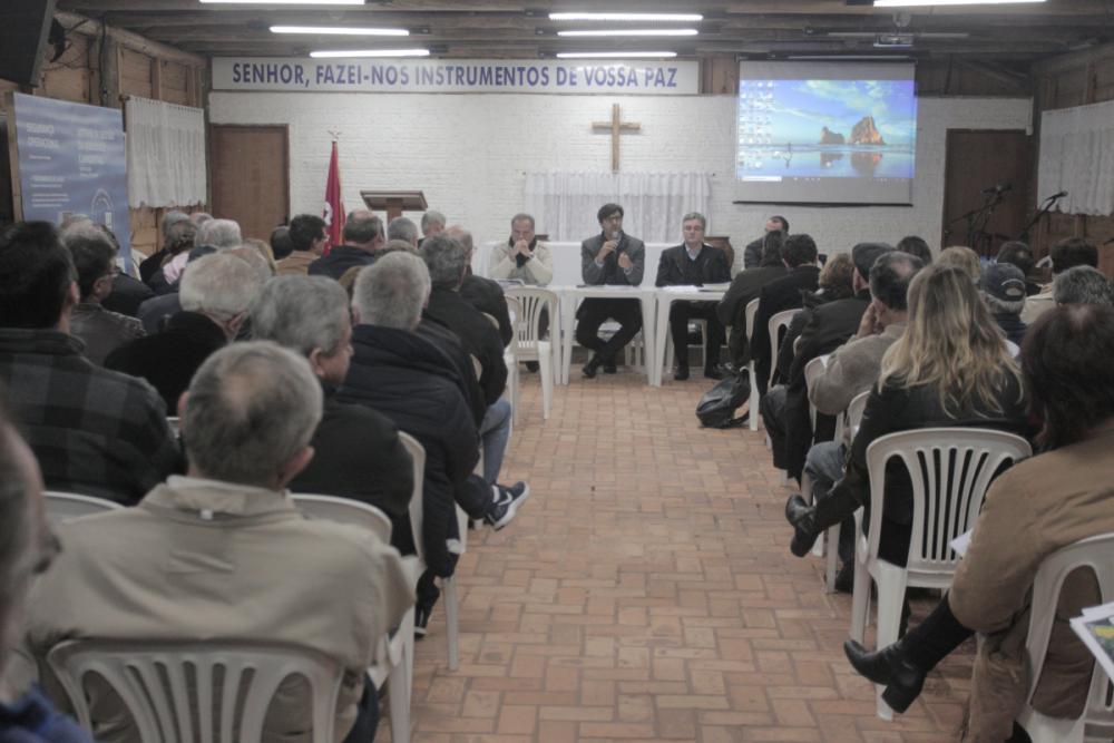 Moradores de Jurerê Internacional lotaram salão ecumênico para discutir exploração dos serviços de água e esgoto. - Foto: Marco Santiago/ND
