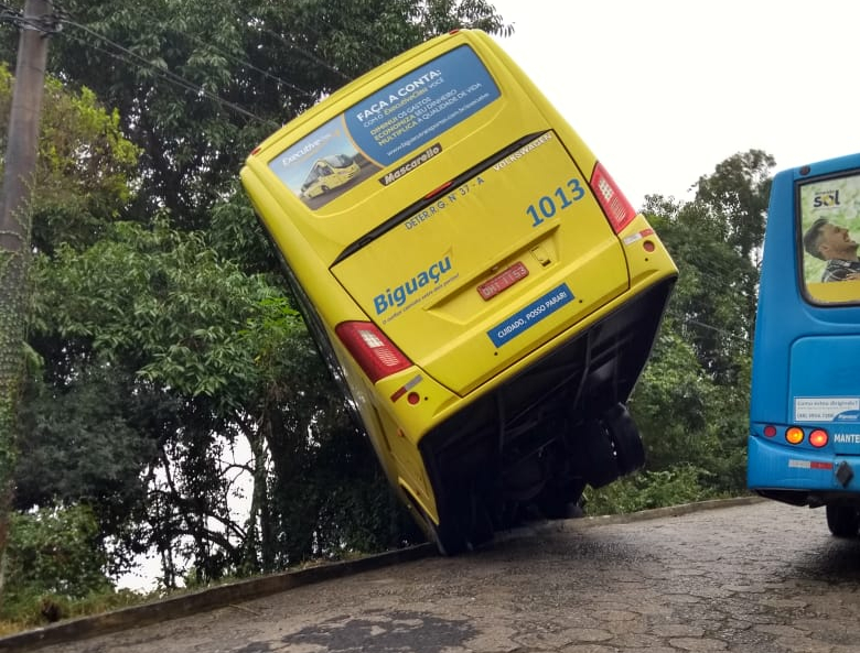 Ônibus foi para em barranco no bairro Ponta dos Ganchos - Divulgação/ND