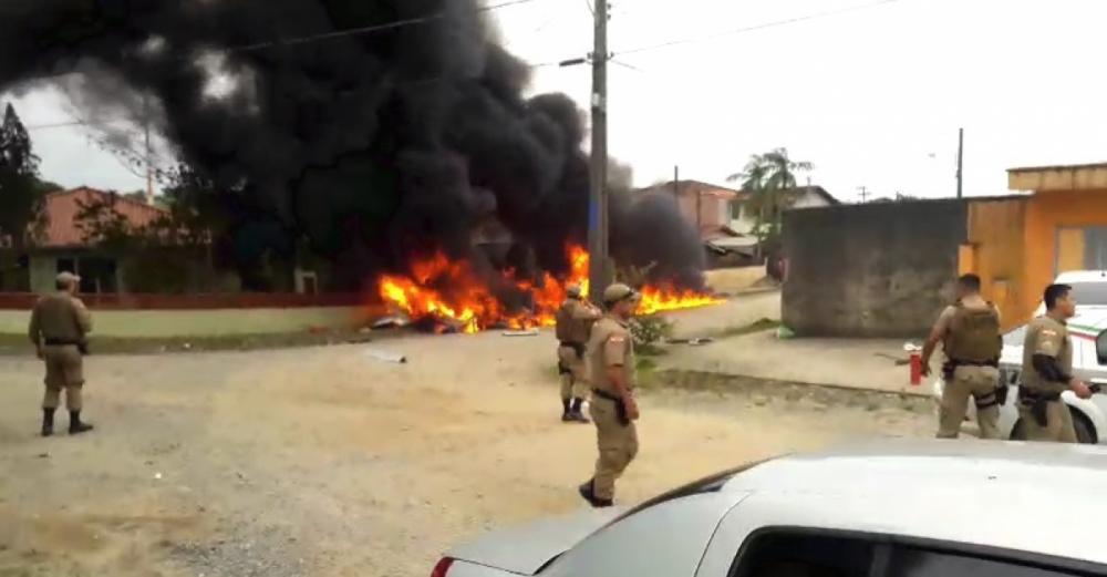 Policiais militares conseguiram tirar uma pessoa com vida do helicóptero - Divulgação