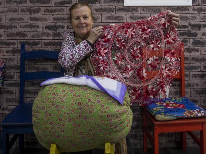Elita Catarina Ramos, rendeira há 58 anos aposta na modernização dos produtos - Marco Santiago/ND