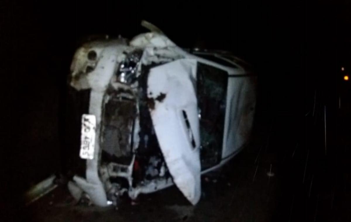 Os suspeitos fugiram em uma caminhonete e capotaram o veículo durante a fuga - PMSC/Divulgação/ND
