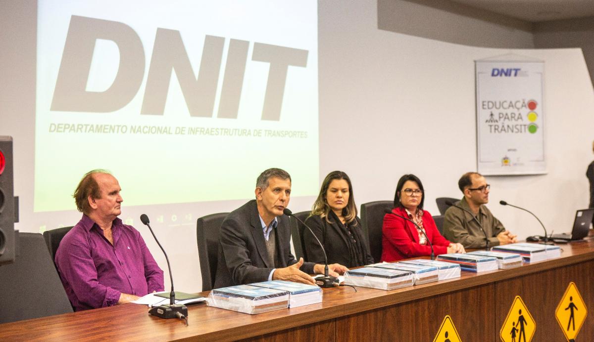 Flavio De Mori (2º da esq. para a dir.) diz que a ideia é despertar a percepção do risco na comunidade escolar - Daniel Queiroz/ND