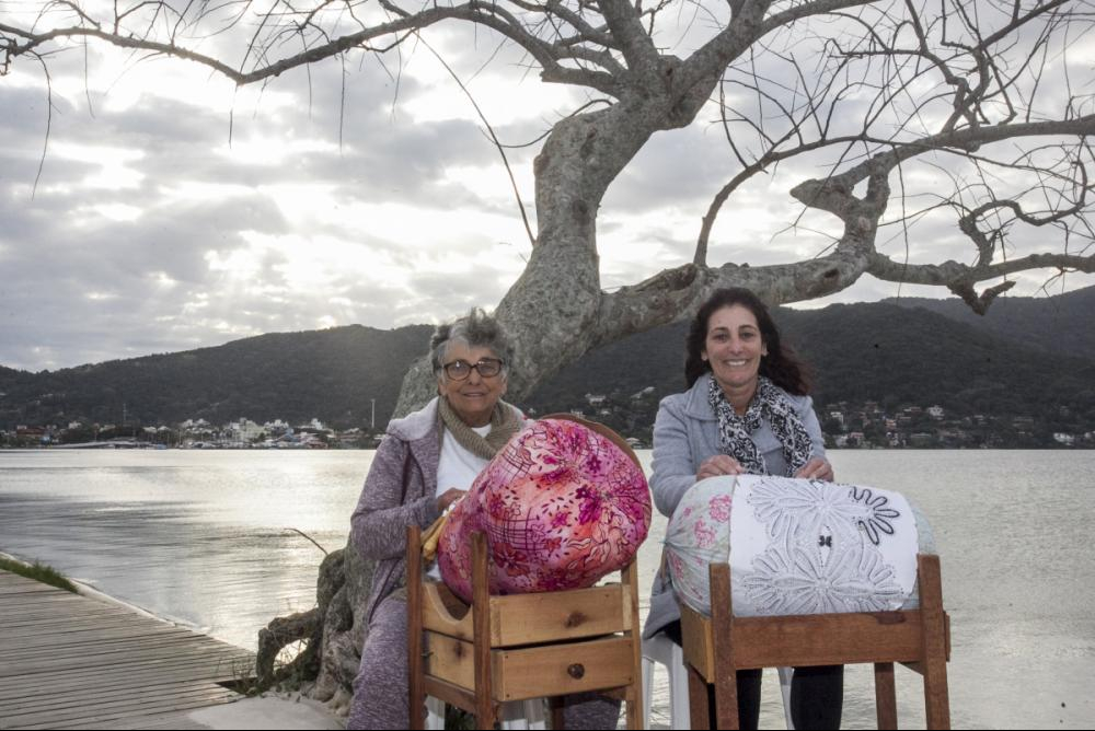 Mãe e filha, Maria Nunes Jaques e Cleonice Jaques Dias, se unem para tecer a renda de bilro - Marco Santiago/ND