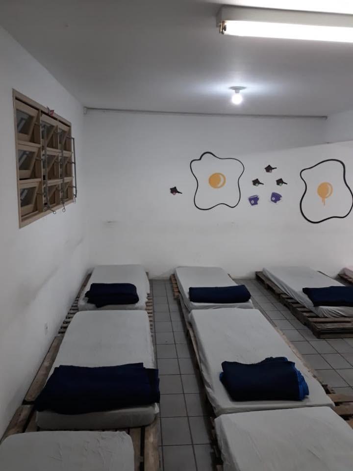 Espaço conta com pallets para os colchões, isolando ainda mais o frio - PMF/Divulgação/ND