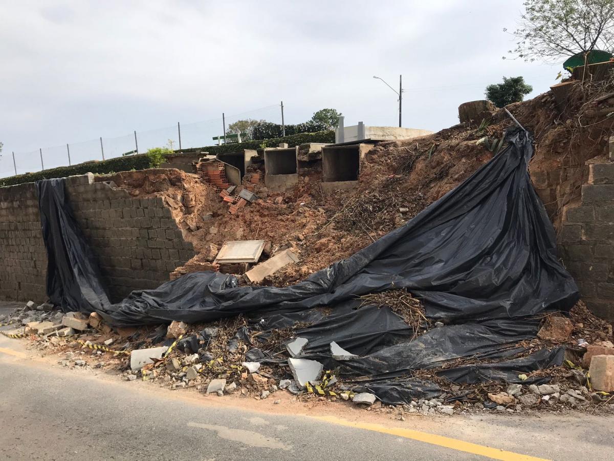 Escombros do muro e partes de túmulos estão ocupando parte da via ao lado do cemitério - Divulgação/ND