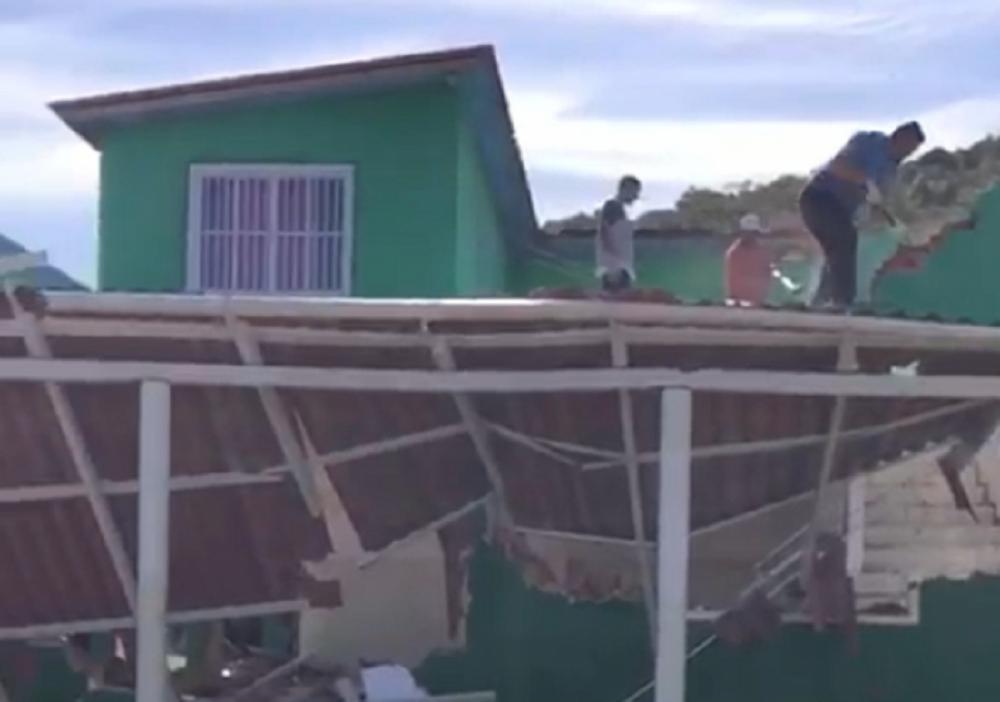 Bares em área de preservação são demolidos na praia dos Naufragados, em Florianópolis - Reprodução