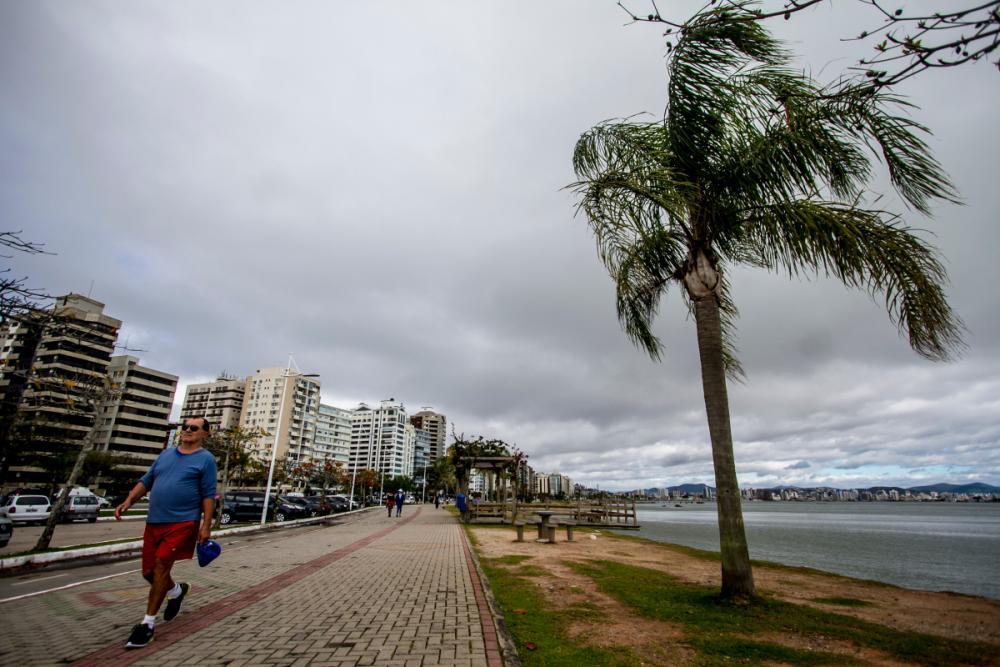 Domingo começa com chuva isolada, mas tempo abre durante a tarde em SC - Flávio Tin/ND