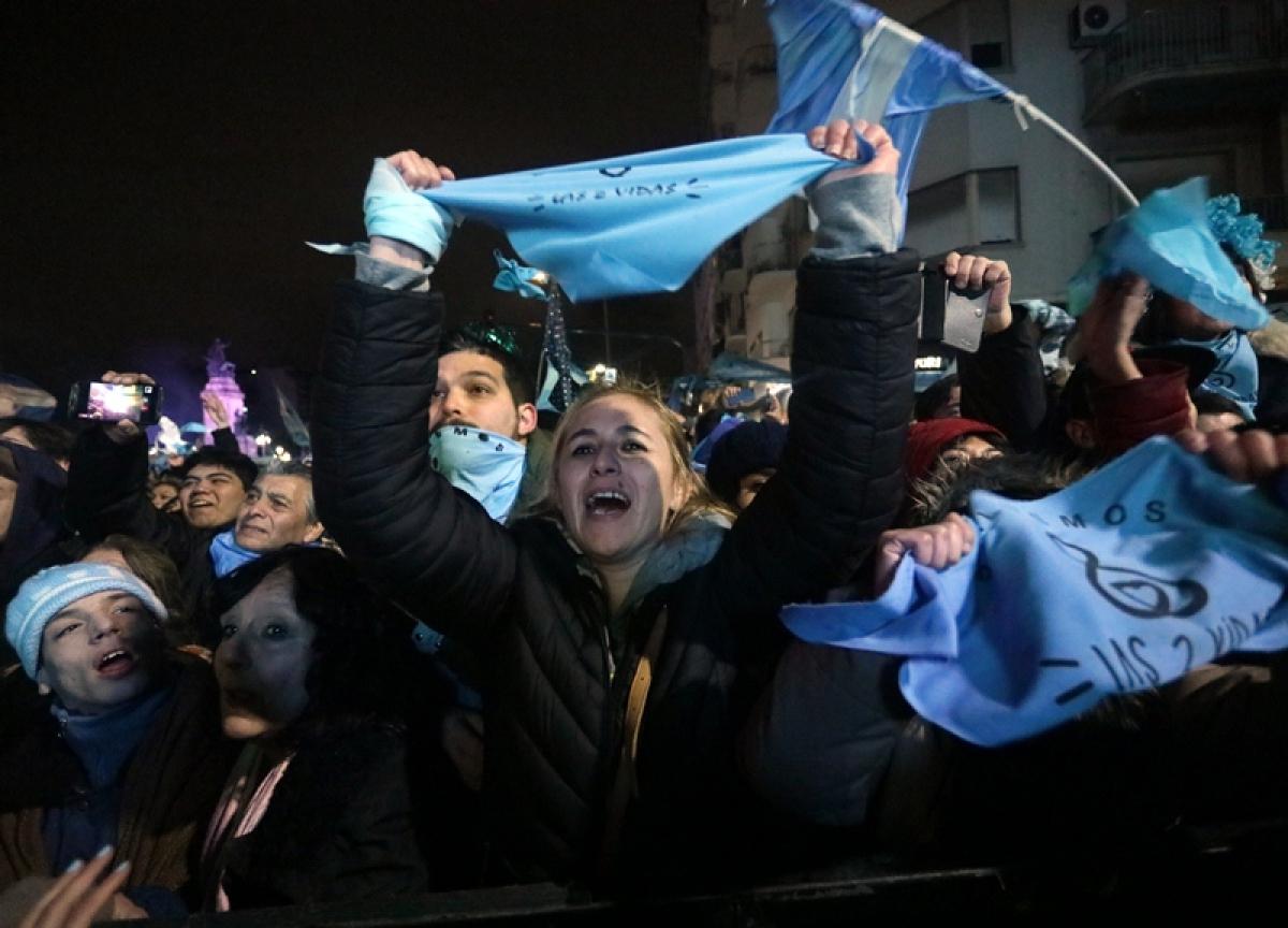 Houve festejos do lado de quem era contra a lei e panelaços de quem era a favor da medida - Alberto Raggio / AFP