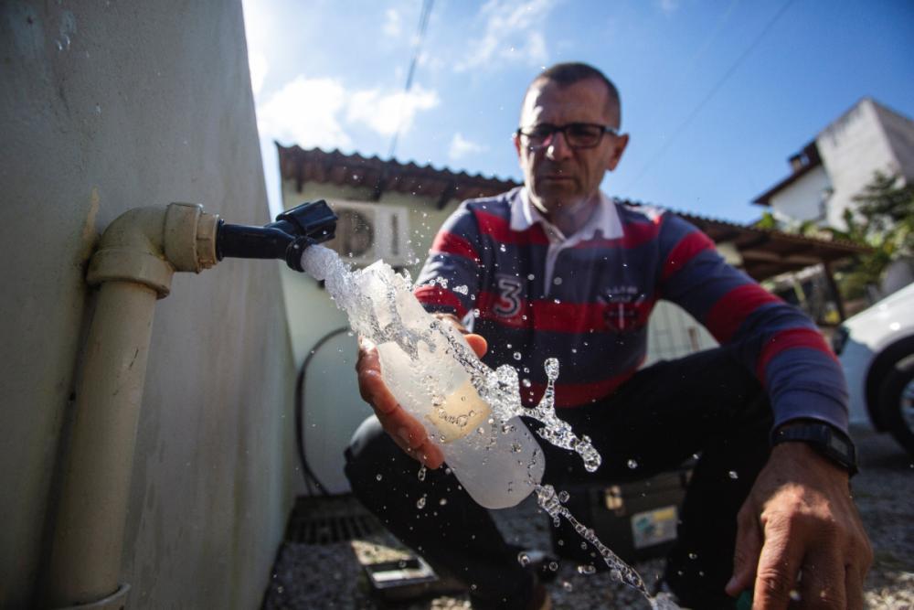 Bioquímico aposentado da Casan, Luiz Carlos Gomes garante que a água é tratada e fica potável - Daniel Queiroz/ND