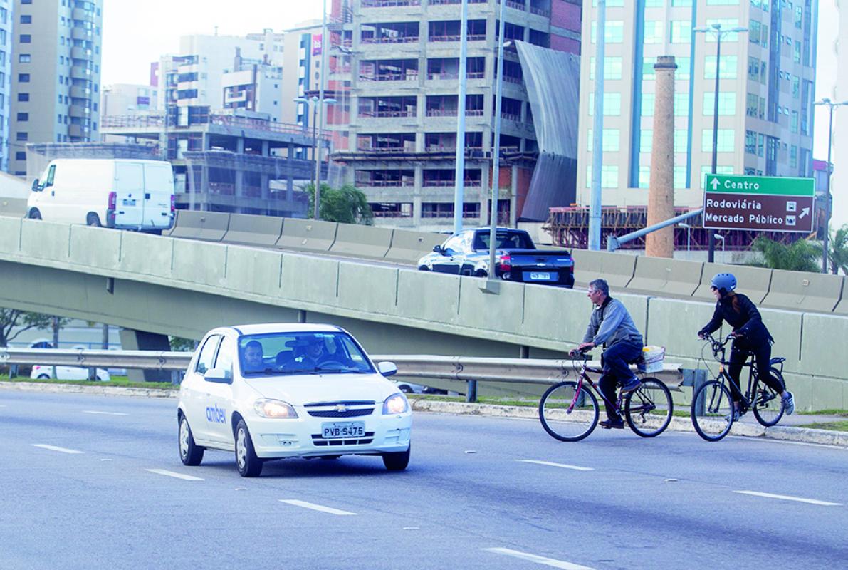 Pedestres reivindicam a colocação de uma passarela no local - Flávio Tin, ND