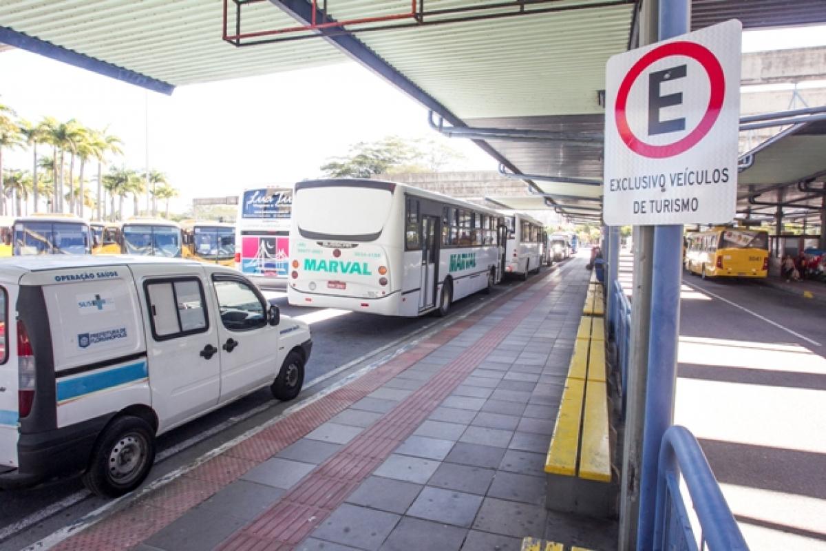 Motoristas de vans e ônibus de turismo enfrentam dificuldades para estacionar no Centro da Capital - Marcos Santiago / ND