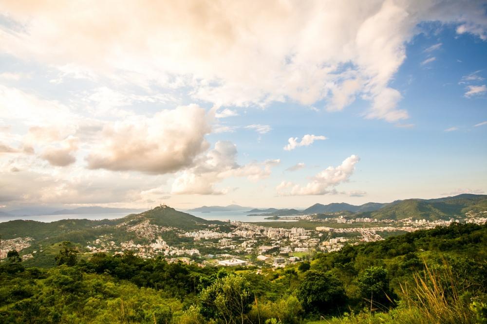 O sol aparece entre nuvens neste sábado em Florianópolis - Daniel Queiroz/ND