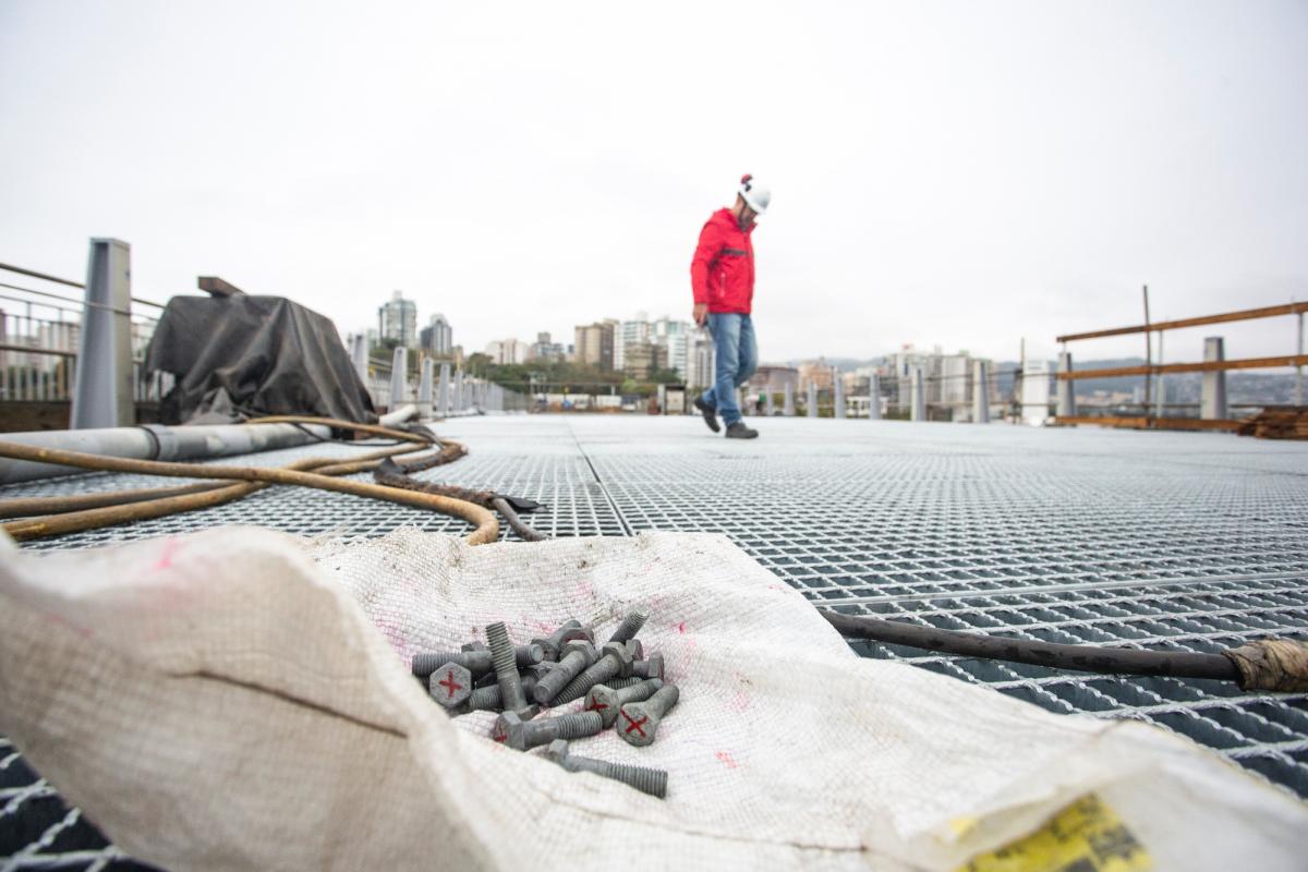 Grades de aço, fabricadas no interior de São Paulo, estão sendo instaladas artesanalmente, uma a uma - Daniel Queiroz/ND