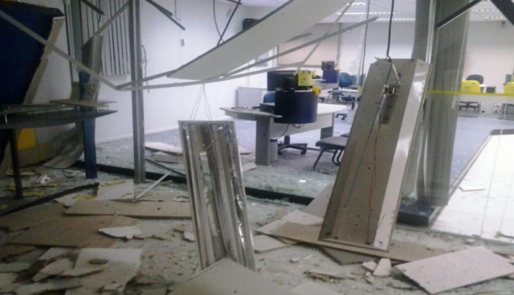 Suspeitos explodiram o caixa eletrônico, mas a máquina estava sem cédulas - PMSC/Divulgação/ND