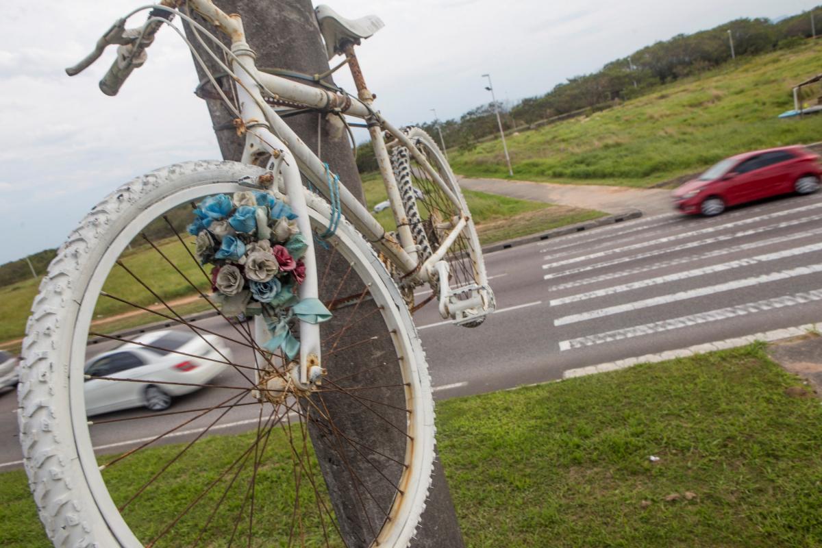 Ghost bike na Via Expressa Sul lembra a morte do professor Gabriel Serôa da Mota, em outubro de 2015 - Flávio Tin/ND
