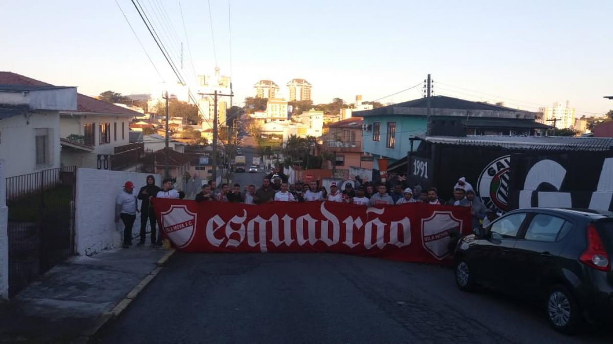 Organizada do Vila Nova foi fotografada na sede de organizada do Figueirense - divulgação/ND