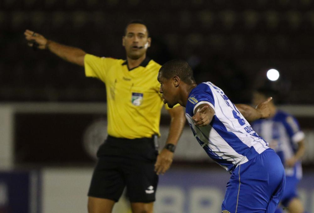 Rodrigão sai pra comemorar após marcar seu quinto gol na Série B - Uaifoto/Folhapress