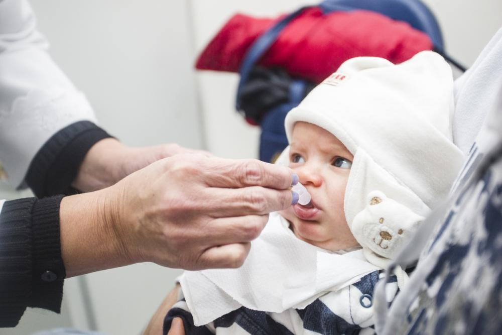 Matheus Peruzzo levou o bebê de dois meses para vacinar contra polio e outras doenças - Daniel Queiroz/ND