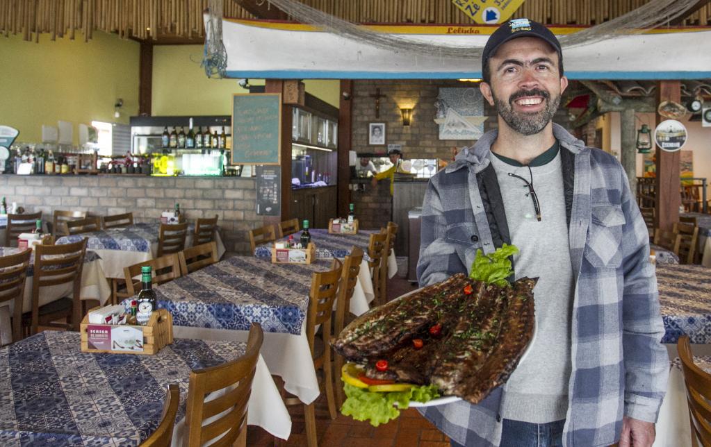 Anchova escalada e assada na brasa, prato típico em restaurante no Cacupé - Marco Santiago/ND