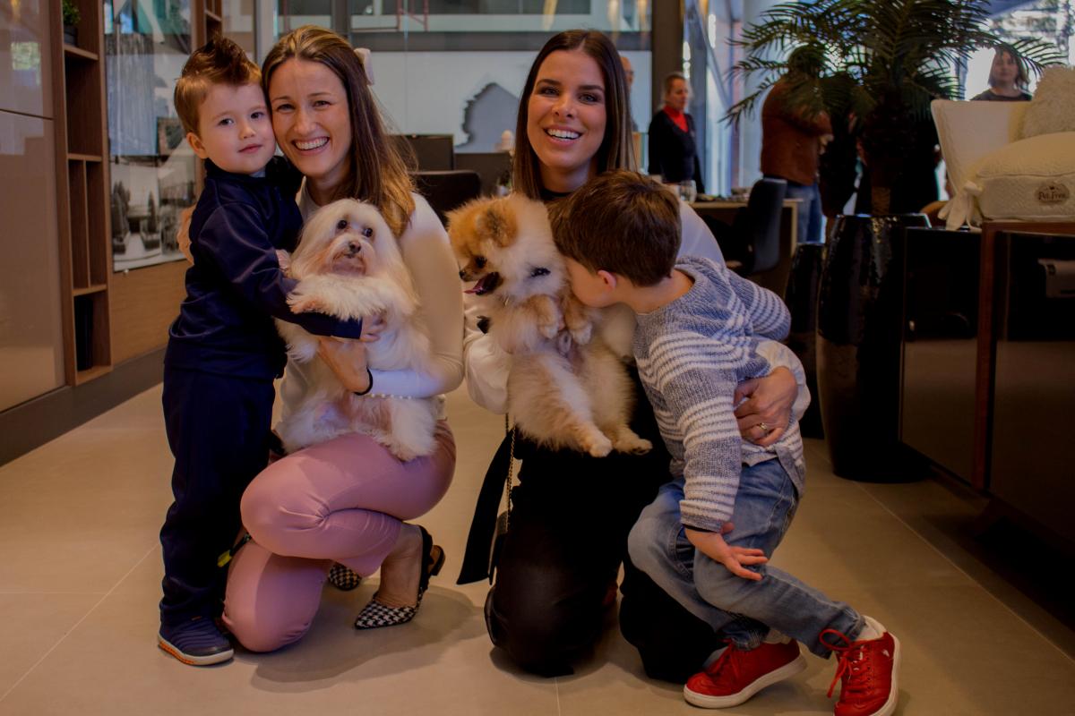 Silvana Margarin e Mariana Pesca curtindo com os pequenos e os PETS - Anne Mello