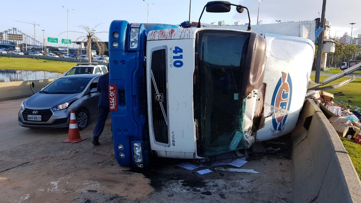 Caminhão estava carregado com mantimentos, bebidas e materiais que seriam levados a um supermercado - Paulo Mueller/RICTV /ND