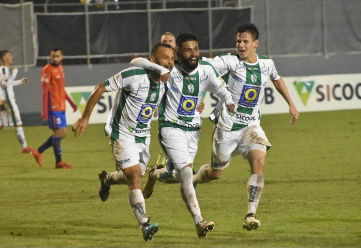 Jogadores do Metropolitano fazem a festa no estádio do Sesi, em Blumenau - Sidnei Batista/Metropolitano