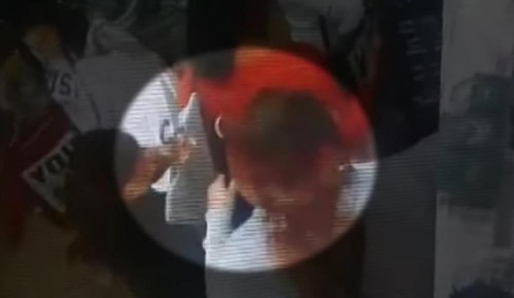 Câmera de segurança gravou momento em que grupo de mulheres furtaram bolsa de cliente - Reprodução/RICTV