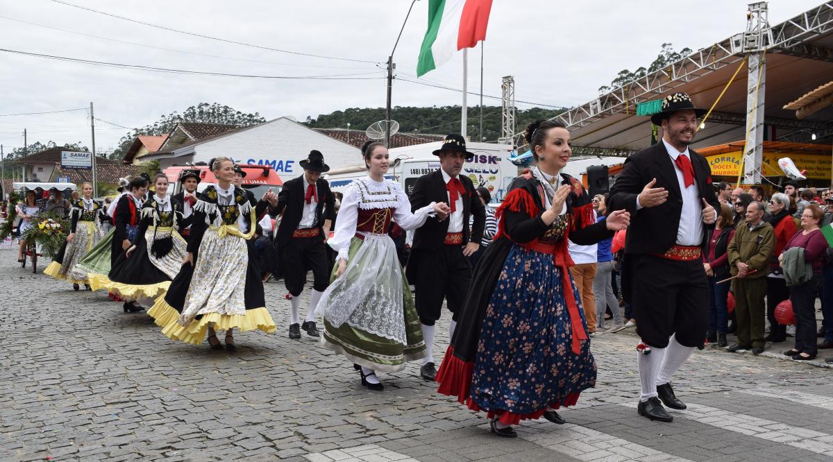 A rua dos Imigrantes, no Centro de Nova Trento, recebe no domingo, a partir das 10h, o tradicional desfile típico - PMNT/Divulgação/ND