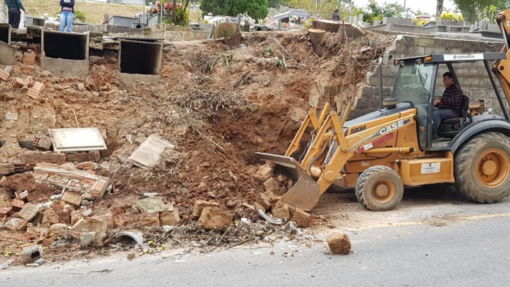 Trabalhos de recuperação do muro do cemitério do Itacorubi começaram nessa segunda-feira - Paulo Mueller/RICTV Record/ND
