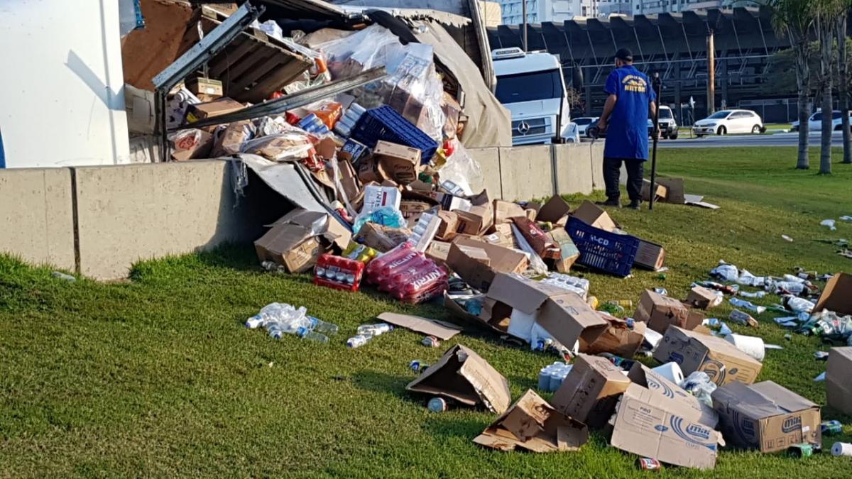 Carga do caminhão baú ficou espalhada próximo ao local do acidente - Paulo Mueller/RICTV/ND