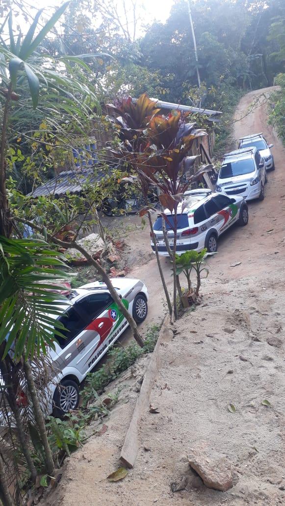 Veículo foi localizado no interior de Brusque, em uma área de difícil acesso - PM/Divulgado/ND