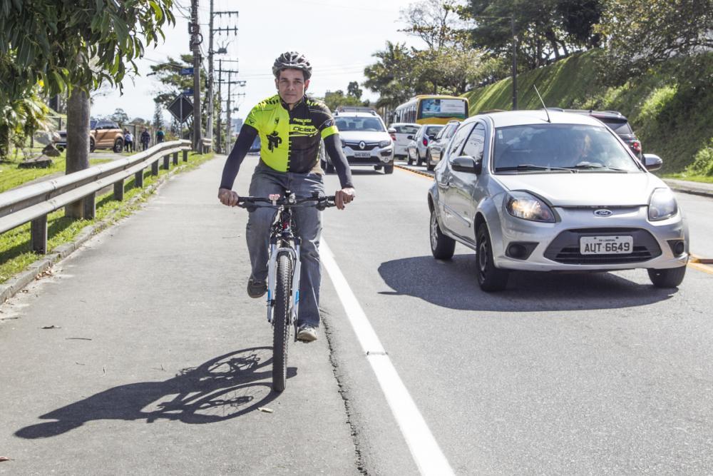 Audálio Marcos Vieira Júnior pedala com atenção e cuidado nas ruas de Florianópolis. - Foto Marco Santiago/ND
