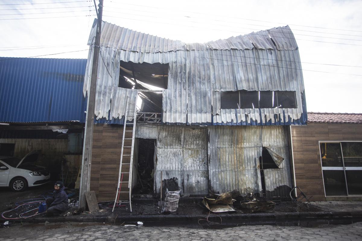 Estrutura do depósito após as chamas que atingiram o local nesta segunda-feira - Daniel Queiroz/ND